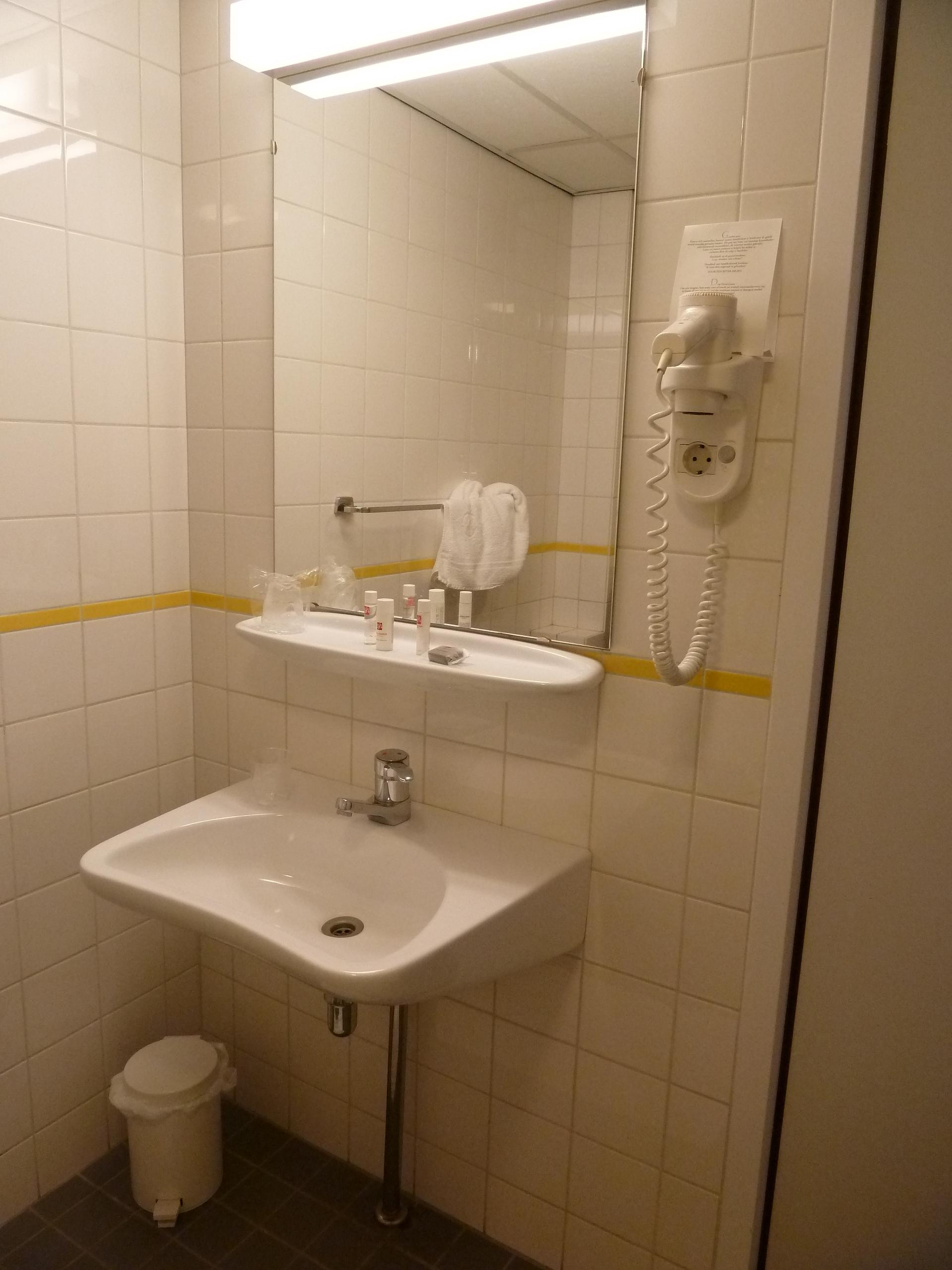 Badkamer invalidekamer Ernst Sillem Hoeve (hoogte spiegel en fohn ...